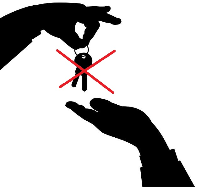 ręce, które nie muszą przekazywać klucza by otworzyć drzwi apartamentu na wynajem
